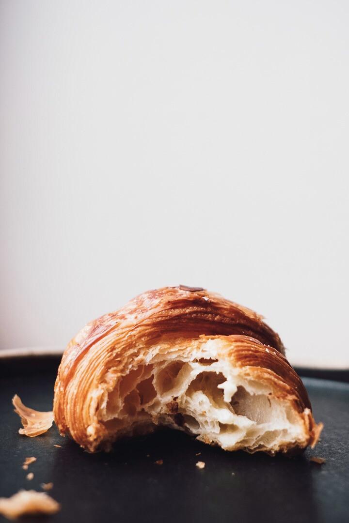 Frühstück mit Croissant und Kaffee