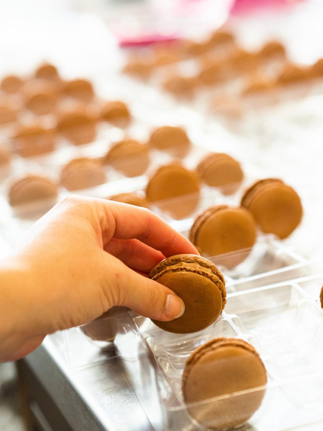 Verpackung von handgemachten Schokoladen Macarons